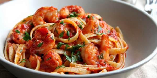 Готовые спагетти с креветками