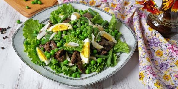 Салат с печенью и горошком