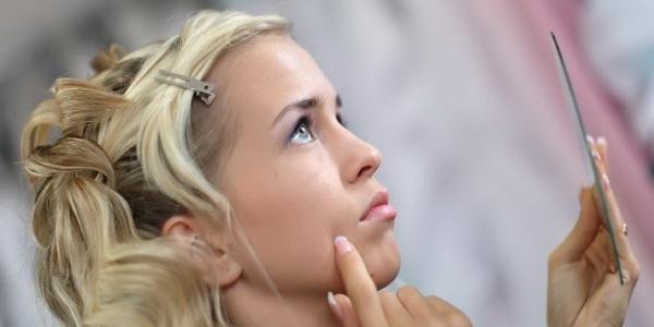 Прыщи на лбу и лице: причины и лечение
