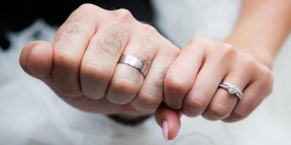 Левая рука с кольцом