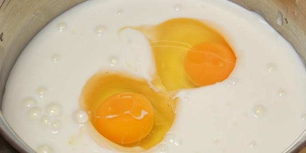 Взбить яйца с кефиром