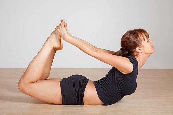 поза йоги для нормализации месячных