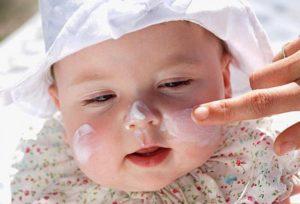 Нанесение крема для защиты кожи лица