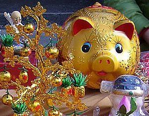 фигурка свиньи на праздничном столе