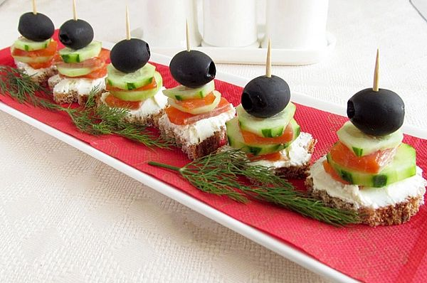 канапе с семгой, огурцом и оливками