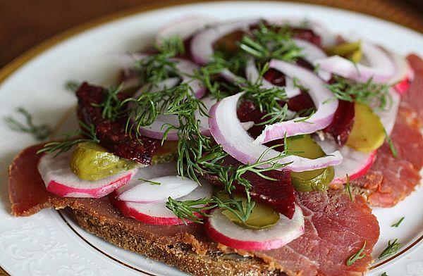 бутерброд с говядиной и овощами на Новый год 2019