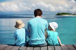 Отец с двумя детьми
