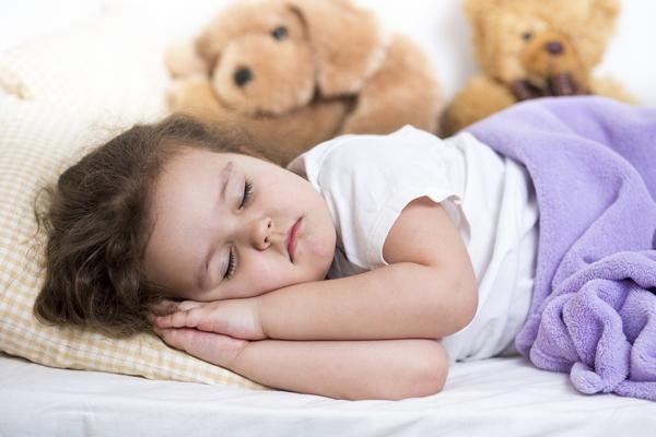 Ребенок спит и скрипит зубами