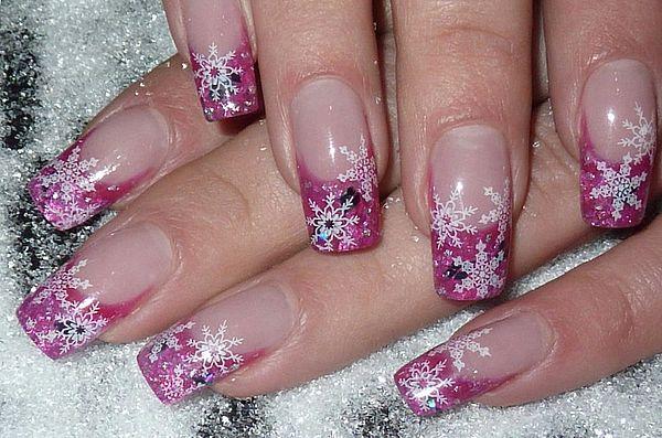 розовые ногти с узором из снежинок