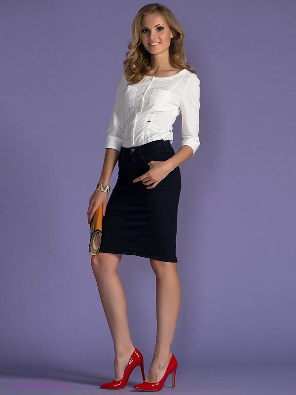С белой блузкой