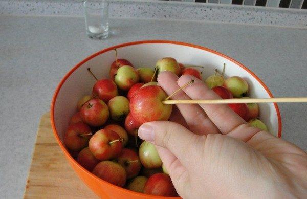 Яблоки на шпажке