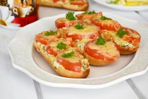 Бутерброды с томатами под сыром
