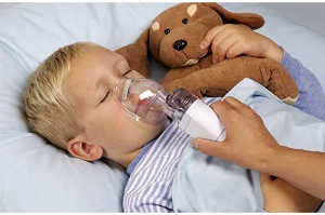 Лечение ребенка с помощью небулайзера