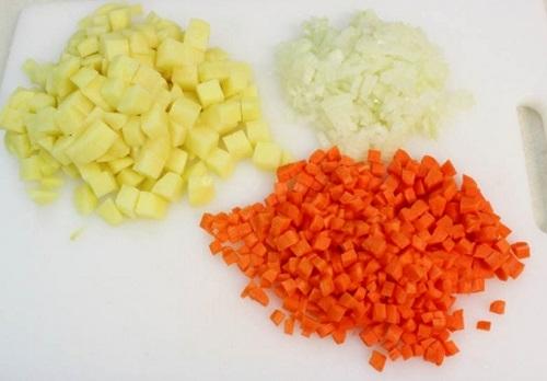 Нарезка картошки, лука и моркови