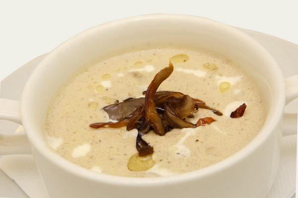 Подача крем-супа из белых сушеных грибов