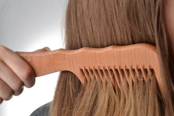 Расчесывание волос перед стрижкой