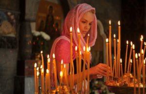 Девушка читает молитву