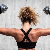 Упражнения на плечи для женщин с гантелями