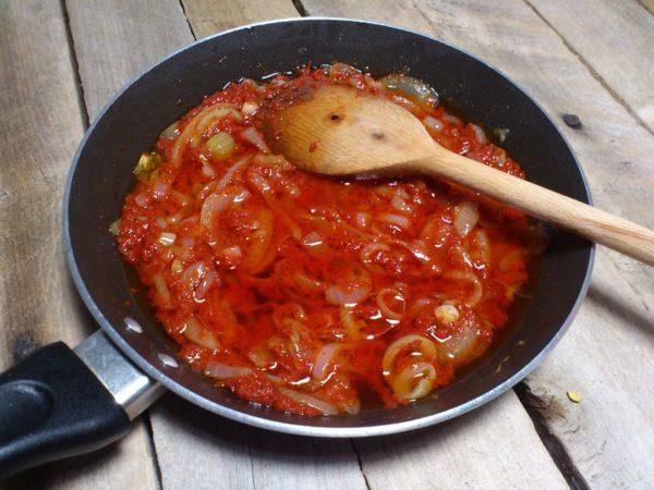 Обжарка лука и томатной пасты
