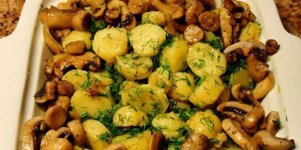 Готовое блюдо с картошкой и грибами