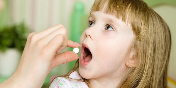 Ребенок пьет таблетку