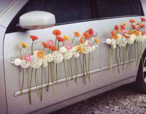 Живые цветы на машине