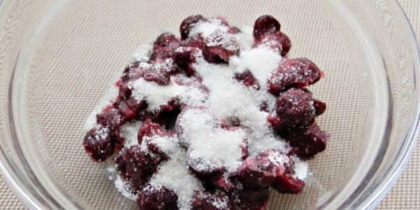 Мешать ягоды с сахаром