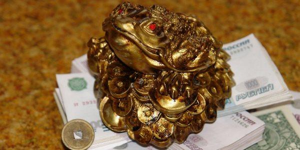 Лягушка с монеткой
