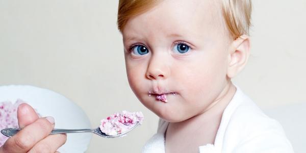 Ребенок ест творог