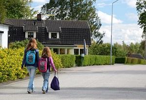 Сестры идут в школу