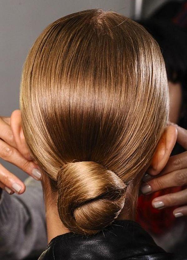 низкий пучок для длинных прямых волос