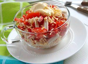 Салат с палочками и помидорами