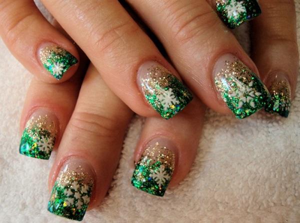 Зимний дизайн ногтей с елкой и снежинками