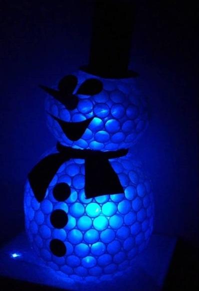 Готовый снеговик из пластиковых стаканчиков