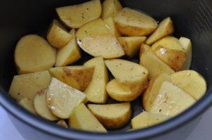 Картошка дольками в чаше