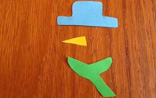 Шляпа, нос и шарф из цветной бумаги
