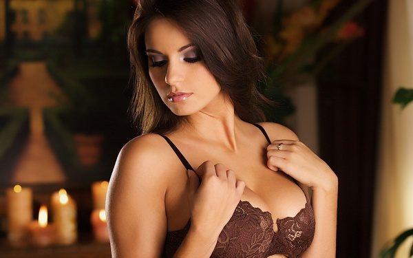 Девушка с красивой грудью