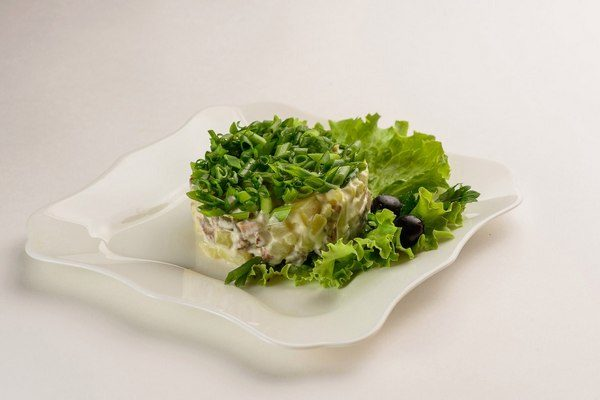 Красивая подача салата с говяжьим языком