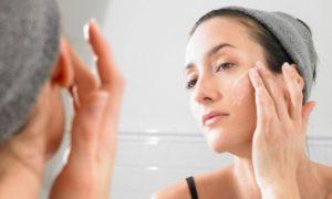 Нанесение мази на кожу