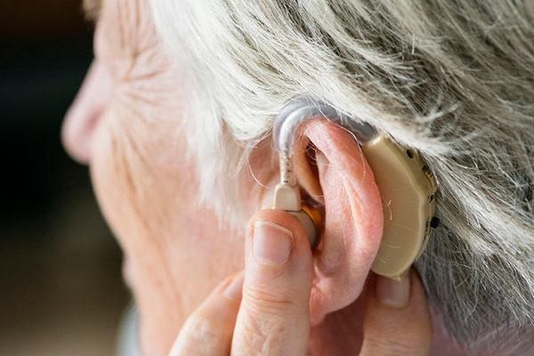 Слуховой аппарат для пожилого человека