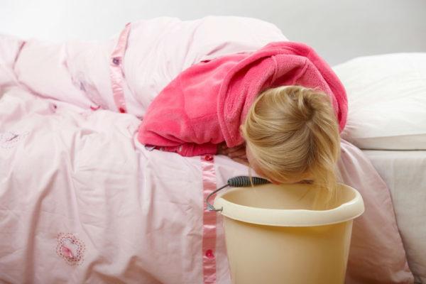 Рвота при инфекции - одна из причин белого кала