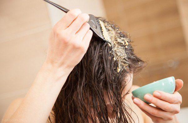 Нанесение маски с витамином Е на волосы