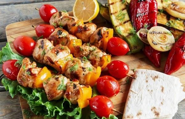 яркий шашлык с овощами