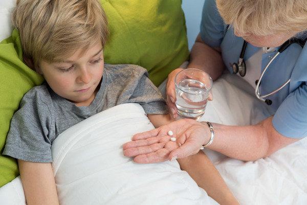 Ребенок принимает таблетки