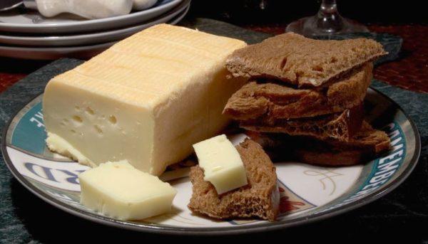 классический сыр с хлебом