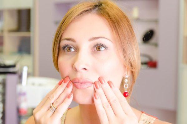 нанесение крема на уста