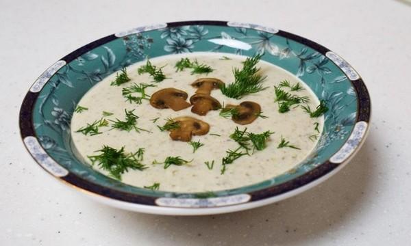 насыщенный суп с зеленью