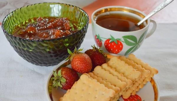 чаепитие с вареньем и печеньем