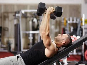 Мужчина во время тренировки