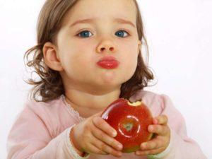 Ребенок есть фрукты